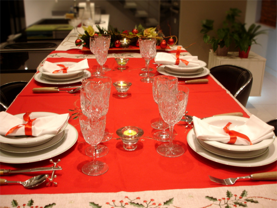 Table de noel rouge et blanc maison design for Table noel rouge et blanc
