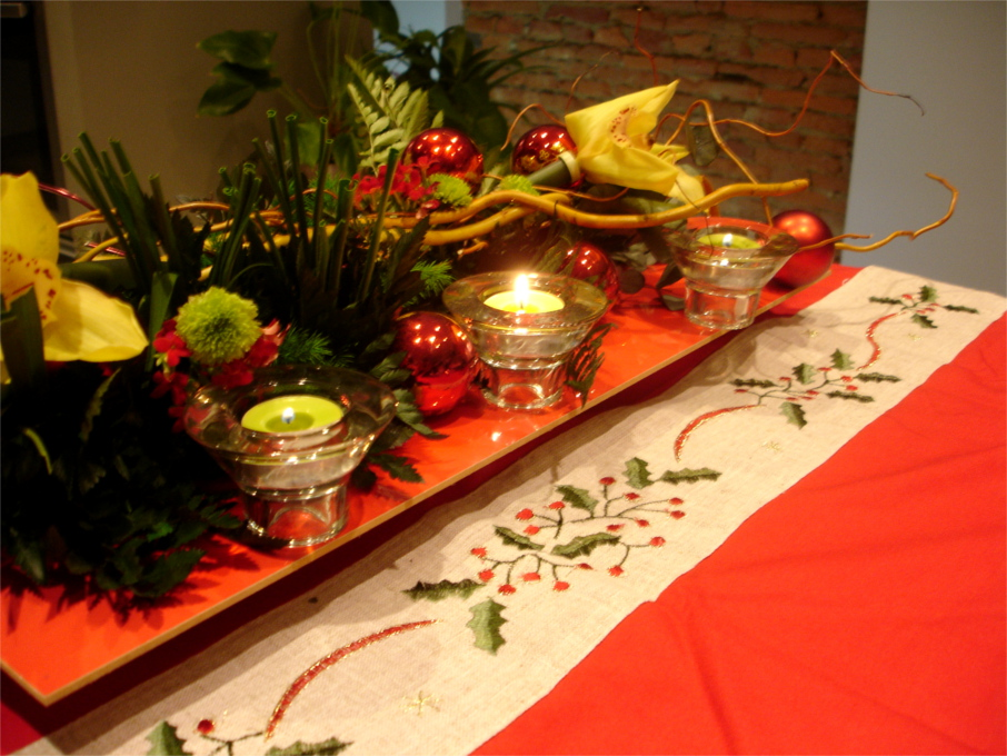 Deco table noel rouge et or maison design for Decoration table de noel rouge et blanc